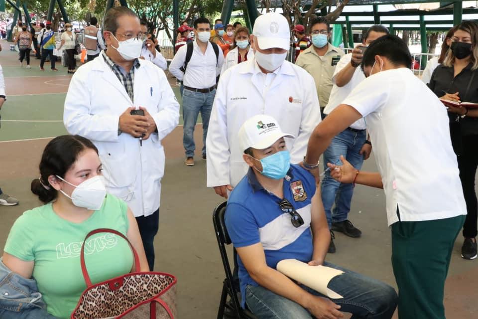 Secretario de Salud supervisa módulos de vacunación en Tuxtla.jpg