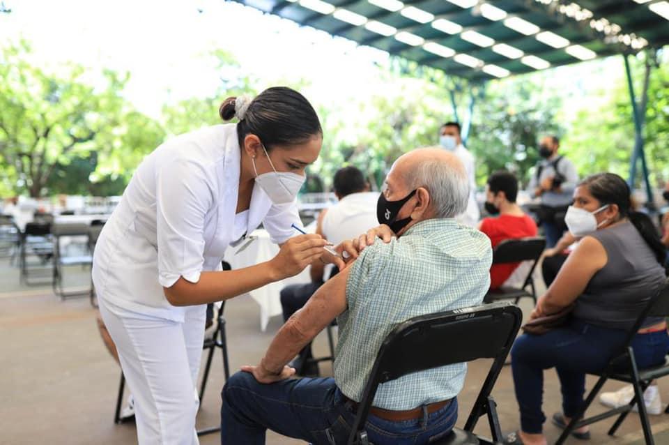 """Con estrategia """"2 + 1"""" crece afluencia de vacunación anti Covid-19 en Chiapas.jpg"""
